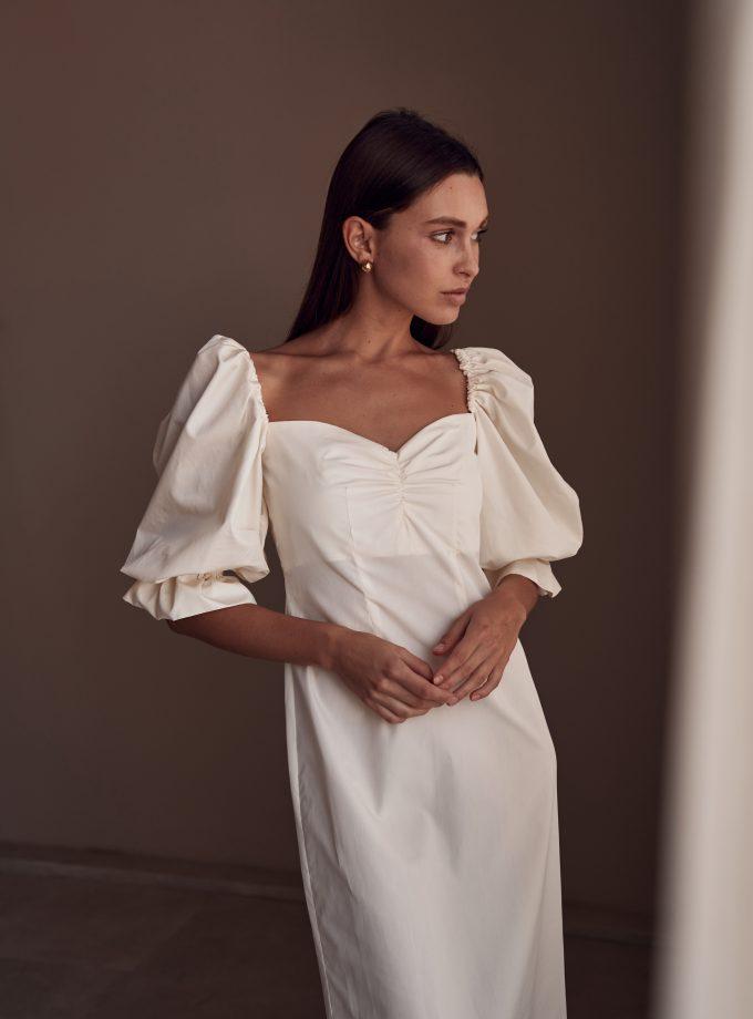 Однотонное молочное платье с объемными рукавами Полеми